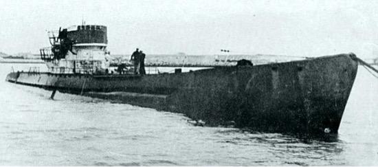 Marinos argentinos inspeccionan el submarino alemán U-530, en julio de 1945