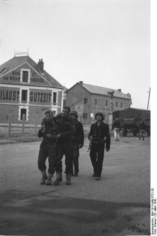 Prisioneros británicos escoltados tras el ataque