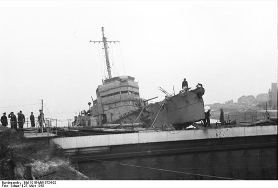 Otra imagen del barco británico tras el ataque