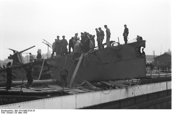 Tropas alemanas sobre los restos del ataque a Saint-Nazaire