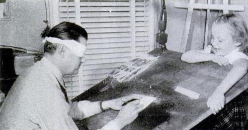 Mel Graff llevando a cabo el experimento