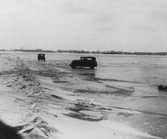 Traficantes de alcohol conduciendo sobre el hielo