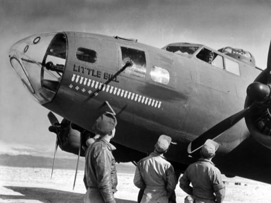 Antes de despegar. Las bombas pintadas indican las misiones en las que el avión ha participado y las esvásticas el número de enemigo derribados