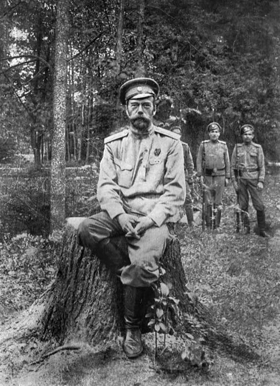 Nicolás II prisionero, vigilado por sus guardianes
