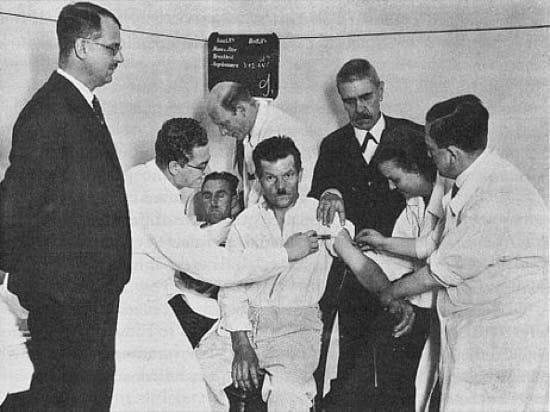 El doctor Wagner-Jauregg (en el centro con chaqueta negra) durante uno de sus tratamientos en 1934