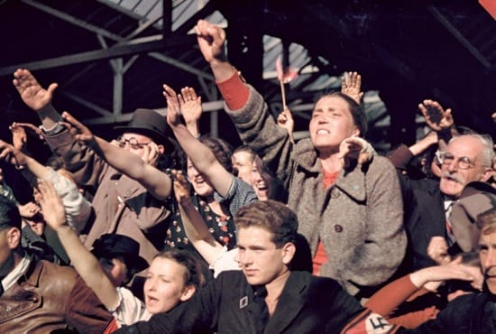 Austriacos saludando a Hitler en 1938