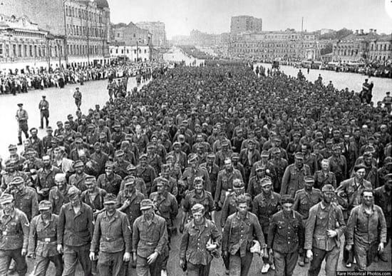 Impresionantes fotos del desfile de los nazis por Moscú, la ciudad que nunca tomaron