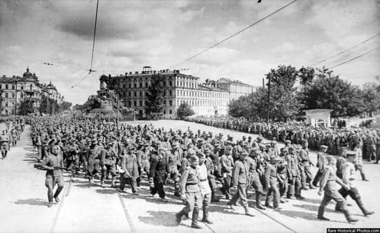 Impresionantes fotos del desfile de los nazis por Moscú, la ciudad que nunca tomaron 5