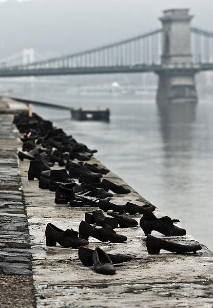 Zapatos en la orilla del Danubio