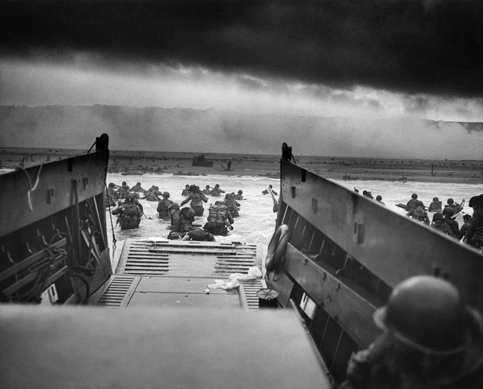 En las fauces de la Muerte, fotografía de Robert F. Sargent que muestra a las tropas estadounidenses desembarcando en la playa Omaha el 6 de junio de 1944.