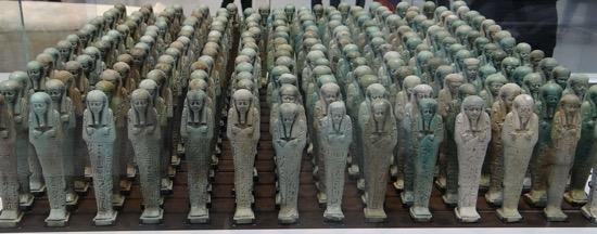 Los ushebtis se enterraban con el faraón para que trabajaran por él en el más allá