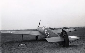 El lanzamiento de bombas de madera sobre aeródromos enemigos falsos, como broma